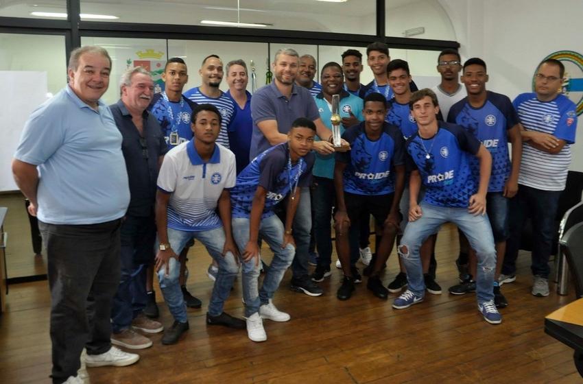 Prefeito Rodrigo Drable recebe atletas do sub-17 do BMFC, campeões da Série B do Carioca 2019