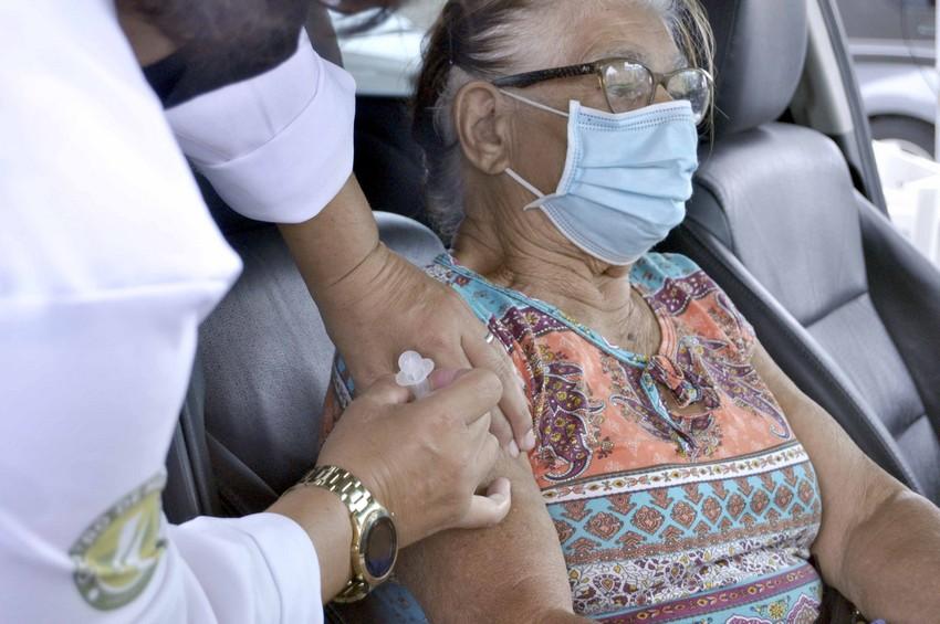 Coronavírus: Em sistema drive thru, Prefeitura de Barra Mansa vacina idosos com 84 anos