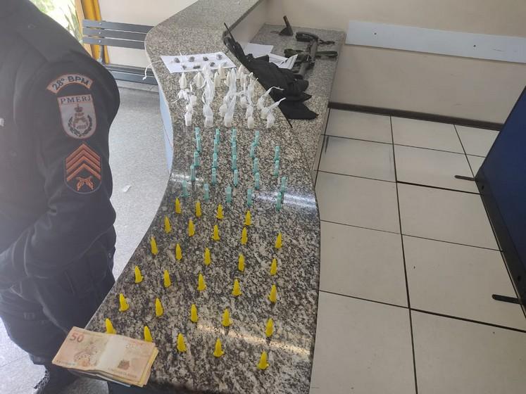 Homem é preso por suspeita de tráfico no Centro de Barra Mansa.
