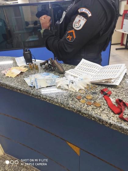 Apreensão de suspeito com arma e materiais entorpecentes no bairro Vila Rica - Três Poços