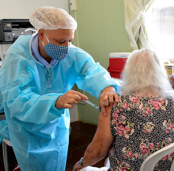 Idosa que se recuperou da Covid-19 em 2020 recebe vacina contra o vírus em Volta Redonda