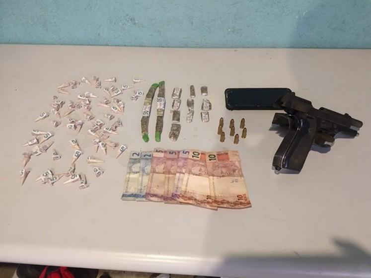 Dois suspeitos foram detidos pela PM por tráfico de drogas e porte ilegal de arma no bairro Siderlândia em Volta Redonda